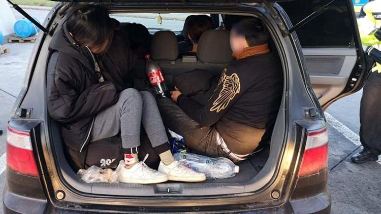 Chiếc xe đầu tiên, chở 7 người Việtbị cảnh sát chặn bắt tại đường cao tốc A17, thành phố Dresden, Đứchôm 28/10. Ảnh: Bild
