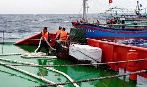 Tàu cảnh sát biển tiếp cận tàu cá gặp nạn. Ảnh: Hải Long