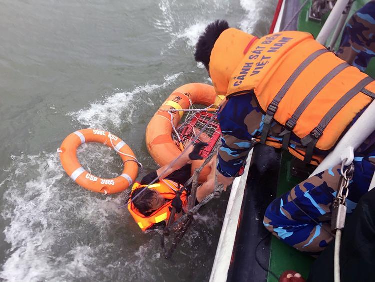 Hai thuyền viên trên tàu Thành Công 999 được tàu cảnh sát biển 3005 cứu hộ. Ảnh: Minh Cương.