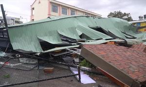 Hàng loạt nhà dân tốc mái sau bão Matmo