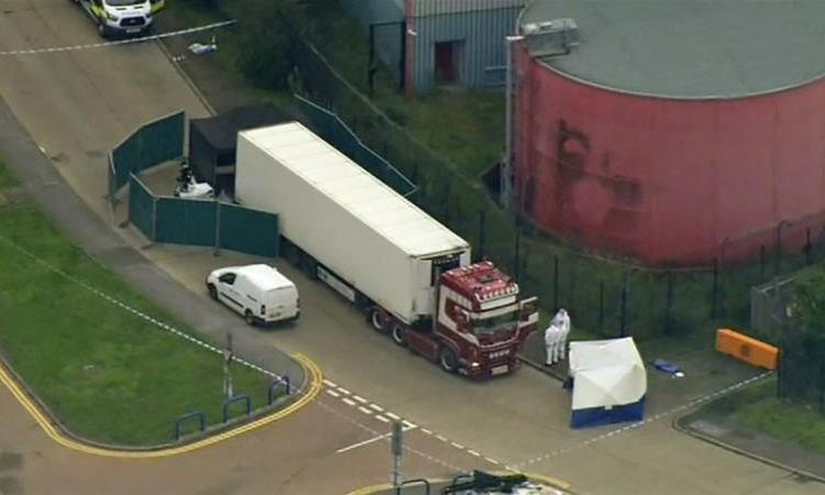 Xe container chở 39 thi thể tại thị trấn Grays thuộckhu vực Thurrock, hạt Essex, Anh hôm 23/10. Ảnh: AP.