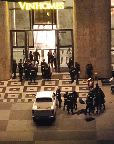 Cảnh sát có mặt tại toà nhà cao nhất Việt Nam, đêm qua. Ảnh cư dân cung cấp.