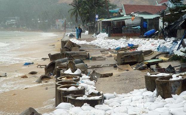Đoạn kè biển ở xã Nhơn Hải bị sóng đánh sụp. Ảnh: Phạm Linh.