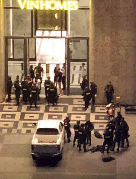 Cảnh sát có mặt tại toà nhà cao nhất Việt Nam. Ảnh cư dân cung cấp.