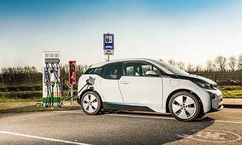 Thời gian sạc lâu khiến xe điện khó cạnh tranh với xe chạy bằng xăng dầu. Ảnh: Electrek.
