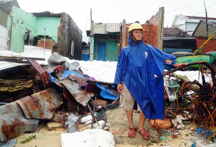 Anh Đỗ Văn Tiến, chủ một ngôi nhà bị sóng biển đánh vỡ ở làng chài. Ảnh: Phạm Linh.