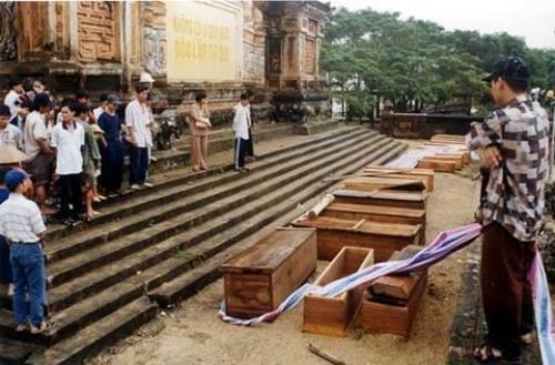 Hàng chục quan tài người chết lũ đặt tại bia Quốc Học Huế. Ảnh tư liệu