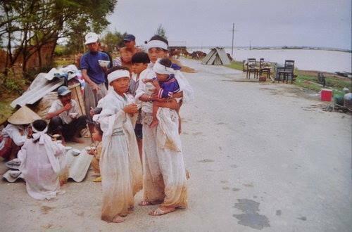 Dải khăn tang trắng sau cơn lũ năm 1999. Ảnh tư liệu