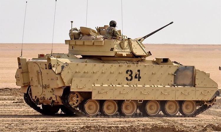 Thiết giáp M2A2 Bradley thuộc lữ đoàn cơ giới số 30 của Vệ binh Quốc gia Mỹ tới tỉnh Deir ez-Zor, Syria ngày 31/10 để bảo vệ các mỏ dầu tại đây. Ảnh: US Armed Forces.