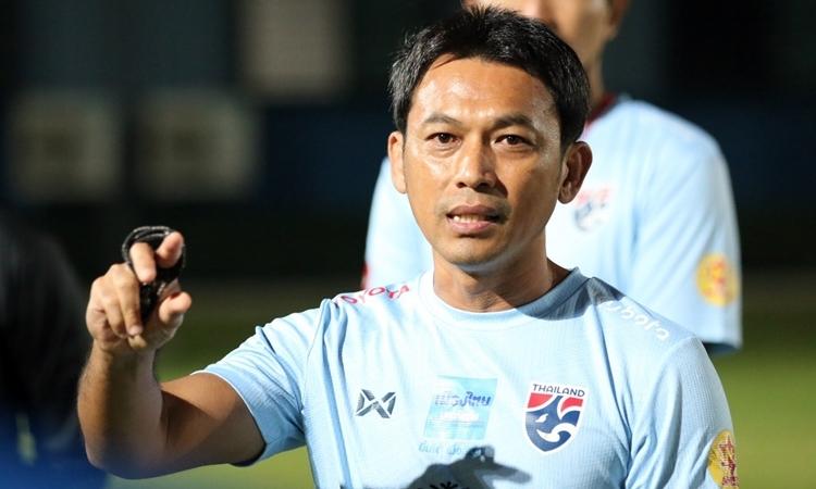 Trợ lý Totchtawan Sripan từng là cầu thủ nổi tiếng, cùng thời với Kiatisuk. Ảnh: Changsuek.