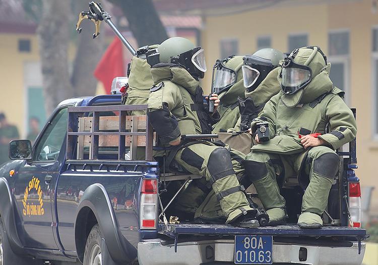 Cảnh sát cơ động diễn tập khả năng sẵn sàng chiến đấu. Ảnh: Ngọc Thành.