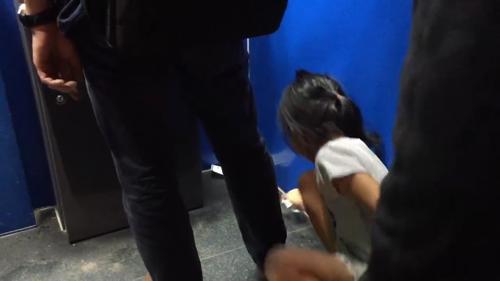 Bé gái cúi nhặt từng tờ biên lai bị vứt bừa bãi trong cây ATM...