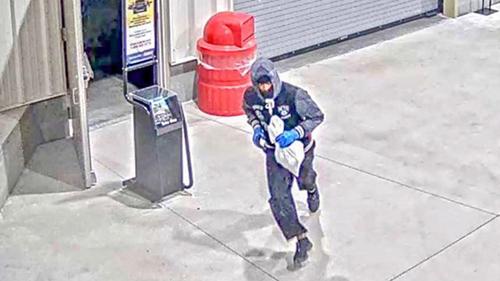 Hình ảnh tên trộm rời khỏi siêu thị Costco ở Atlanta hôm 10/10.Ảnh: WSBTV