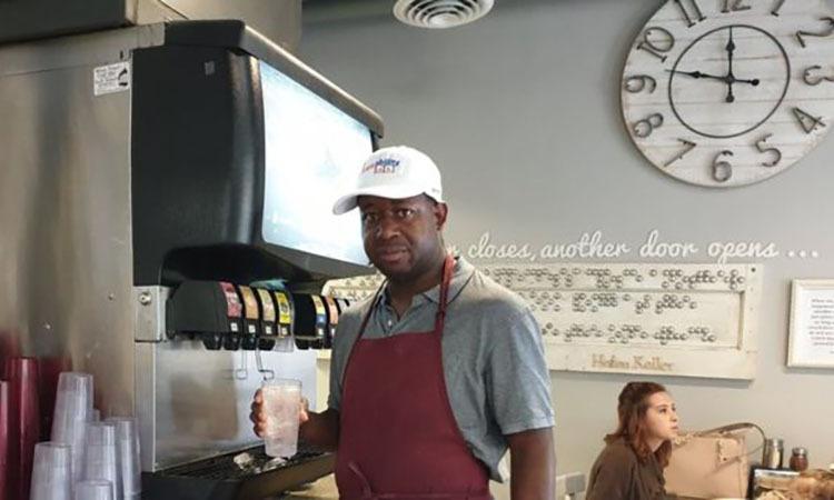 Nhân viên mắc chứng tự kỷ AaronHarris trong tiệm bánh pizza Pizzability. Ảnh: BBC.