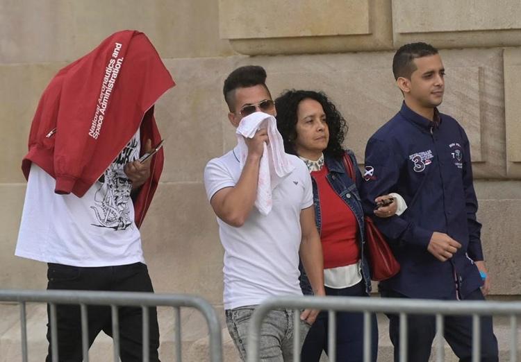 Ba bị cáo xuất hiện ngoài tòa án. Ảnh: Jordi Cotrina.