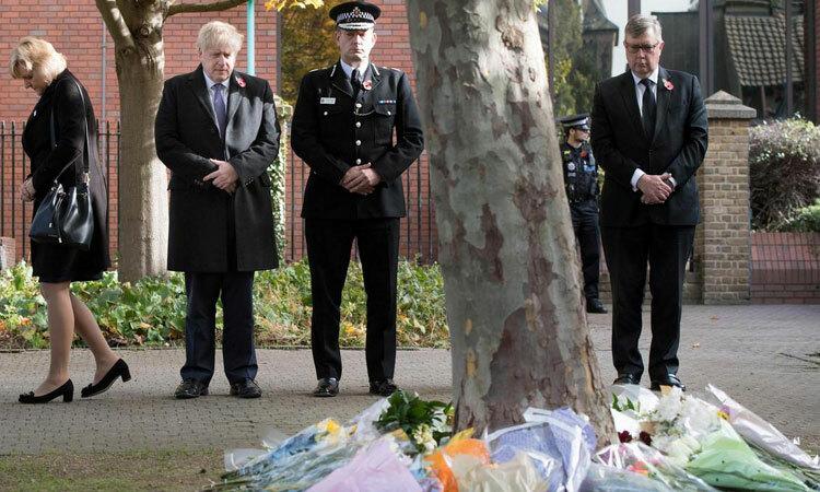 Thủ tướng Anh Boris Johnson (thứ hai từ trái sang) cùng các quan chức chính quyền đặt hoa tưởng niệm các nạn nhân tại hạt Essex hôm 28/10. Ảnh: Reuters.