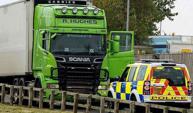 Chiếc xe đầu kéo màu xanh của nghi phạm Ronan Hughes bị cảnh sát tịch thu ở Dublin, Ireland hôm 1/11. Ảnh: Photopress