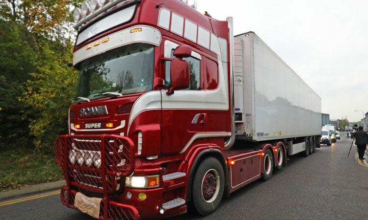 Cảnh sát đưa xe container chở 39 thi thể rời khỏi hiện trường hôm 23/10. Ảnh: Reuters.