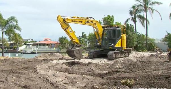 Hiện trường nơi nhóm công nhân đang phá dỡ công trình phát hiện số tiền mặt được chôn dưới đất hôm 31/10. Ảnh: 9News
