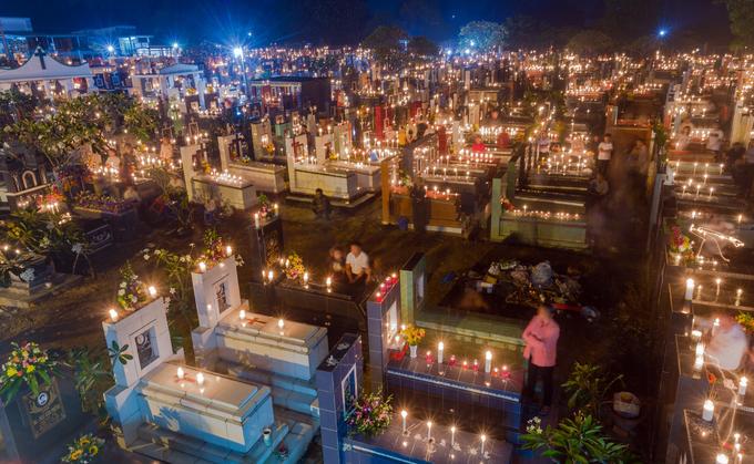 Lễ thắp nến trong nghĩa trang của người Công giáo