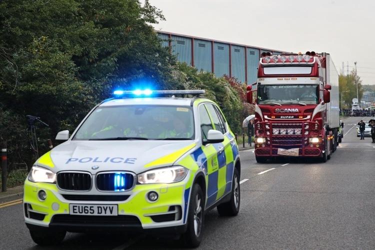 Cảnh sát Anh đưa xe container chở 39 thi thể bị phát hiện ở hạt Essexrời khỏi hiện trường hôm 23/10. Ảnh: Reuters.