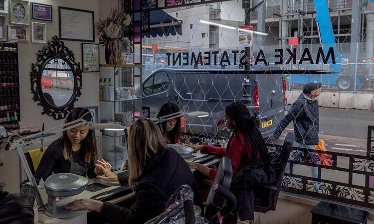 Người Việt làm trong một tiệm nails ở Tottenham, London năm 2017. Ảnh: New York Times.