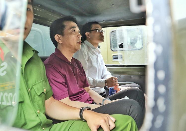Bị cáo Hùng (giữa) trong lần ra toà hồi tháng 10. Ảnh: Hữu Khoa.