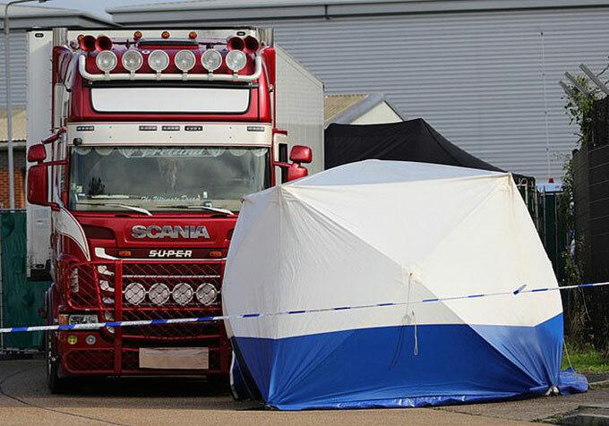 Chiếc xe tải chở 39 thi thể ở khu công nghiệp Waterglade, hạt Essex hôm 23/10. Ảnh: AP.