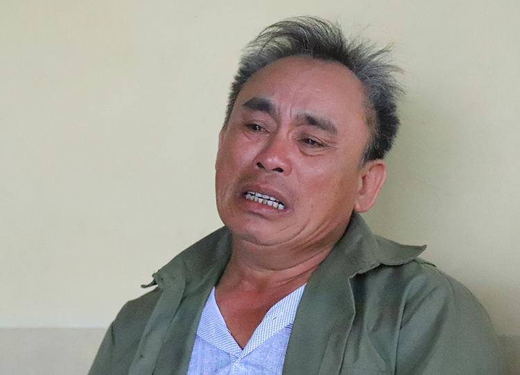 Ông Võ Nhân Quế khóc khi nói về thông tin con trai được nhà chức trách Anh xác nhận tử vong. Ảnh: Đức Hùng