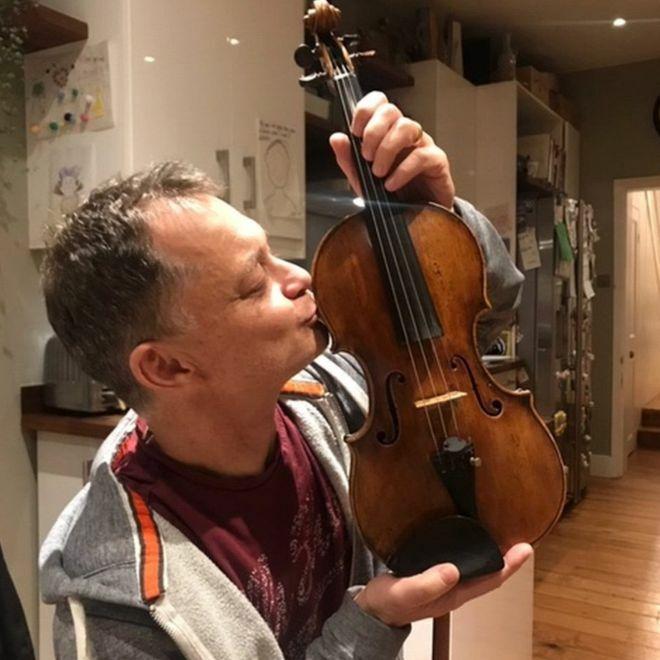 Nhạc công Stephen Morris và cây đàn violin của mình. Ảnh: Stephen Morris.