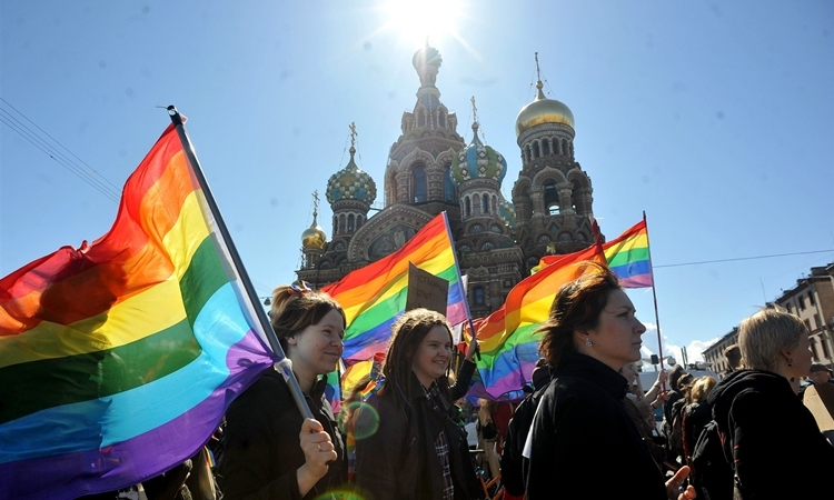 Cộng đồng LGBT Nga tuần hành ở thành phố St. Petersburg, phản đối luật cấm tuyên truyền đồng tính tháng 5/2013. Ảnh: AFP.