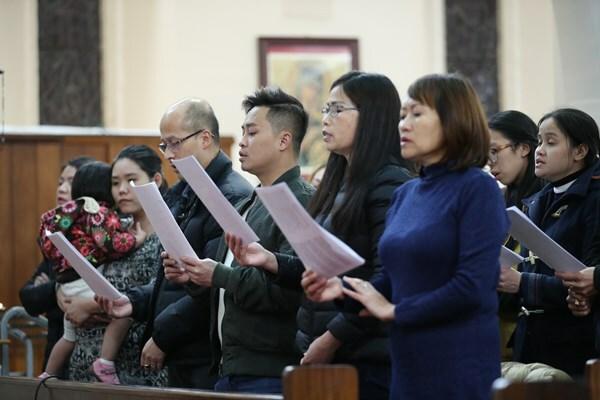 Cộng đồng người Việtcầu nguyện cho 39 nạn nhân chết trên xe container tại Nhà thờ Tên Thánh và Đức Mẹ Thánh Tâm, London tối 2/11. Ảnh: PA