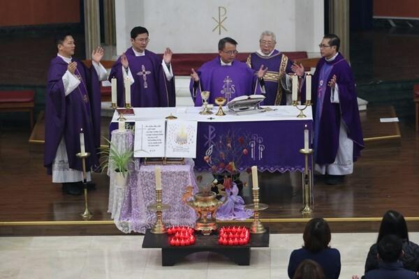 Các linh mục chủ trì lễ cầu nguyện cho 39 nạn nhân chết trên xe container tại Nhà thờ Tên Thánh và Đức Mẹ Thánh Tâm, London tối 2/11. Ảnh: PA