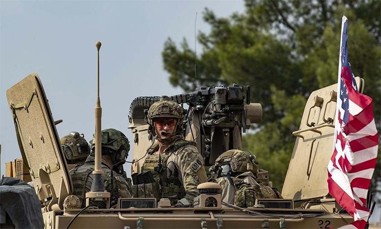 Binh sĩ Mỹ ngồi trên xe thiết giáp dừng bên ngoài thành phố Qamishli, Syria ngày 2/11.