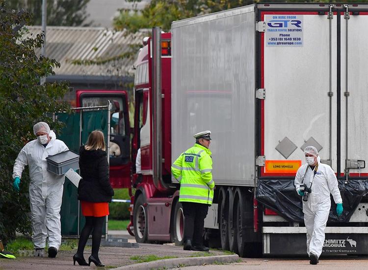 Cảnh sát Anh điều tra chiếc xe tải liên quan đến vụ việc. Ảnh: AFP