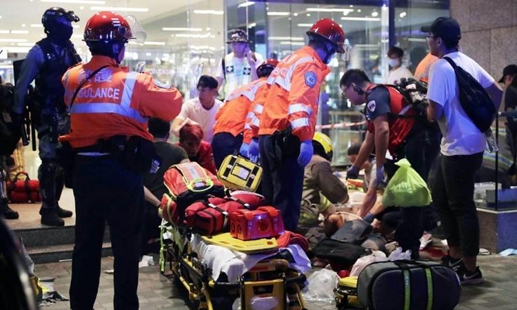 Nhân viên cứu thương có mặt tại hiện trường vụ tấn công bằng dao ở Hong Kong ngày 3/11. Ảnh: SCMP.