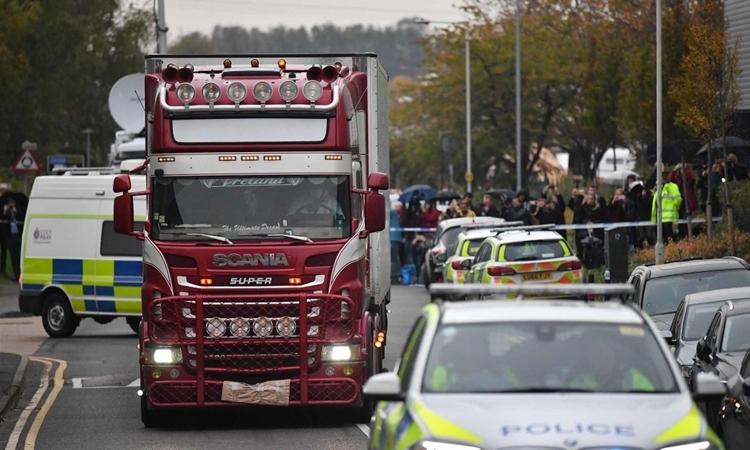 Nhân viên pháp y đưa container chứa 39 người khỏi hiện trường ngày 23/10. Ảnh: PA.