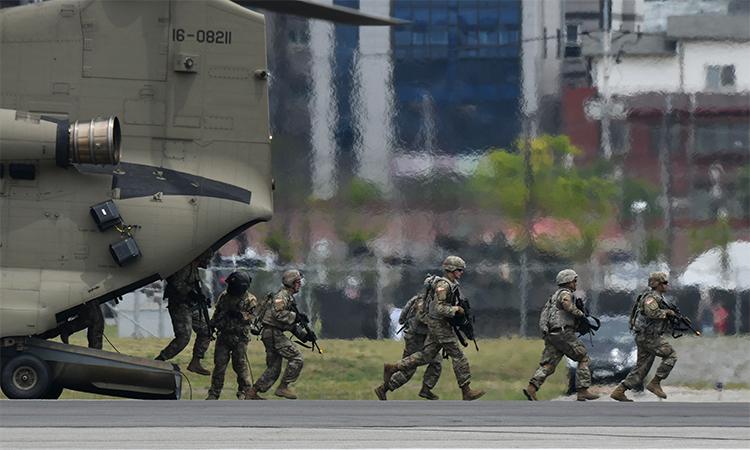 Binh sĩ Mỹ trình diễn chiến thuật tại căn cứ Humphrey, Pyeongtaek, Hàn Quốc ngày 8/6. Ảnh: AFP.