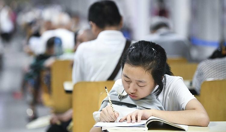 Học sinh Trung Quốc đang làm bài tập về nhà. Ảnh: Xinhua/SCMP