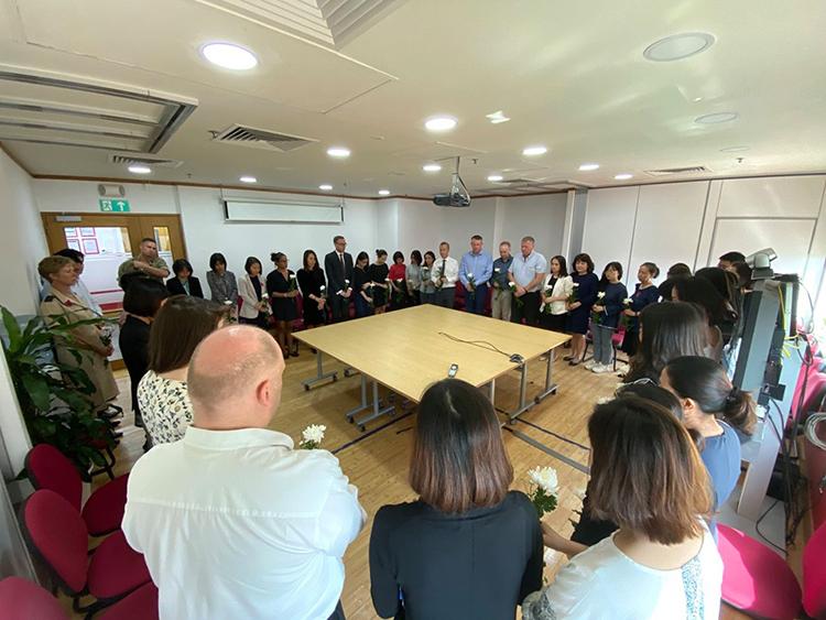 Các nhân viên Đại sứ quán Anh tại Việt Nam mặc niệm 39 nạn nhân. Ảnh:Đại sứ quán Anh tại Việt Nam