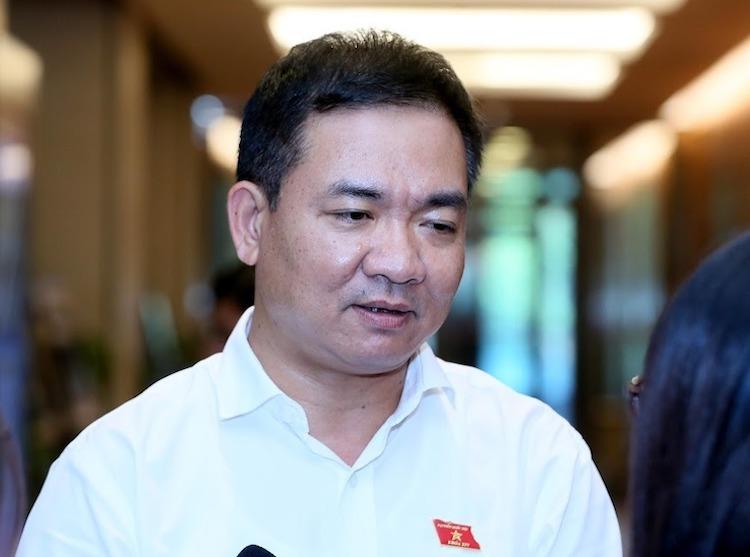 Thiếu tướng Nguyễn Minh Đức trả lời bênhành lang Quốc hội chiều 4/11. Ảnh: Gia Hân