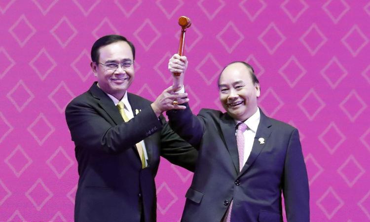 Thủ tướng Nguyễn Xuân Phúc nhận búa Chủ tịch ASEAN từ Thủ tướng Chan-o-cha. Ảnh:VGP.