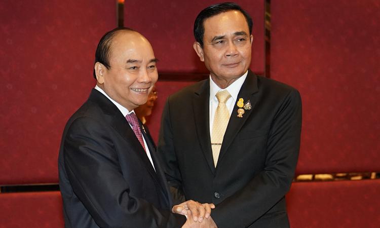 Thủ tướng Nguyễn Xuân Phúc (trái) gặp Thủ tướng Thái Lan Prayut Chan-o-cha tạiHội nghị Cấp cao ASEAN lần thứ 35 và các hội nghị cấp cao liên quan tạiBangkok hôm 2/11. Ảnh: VGP.