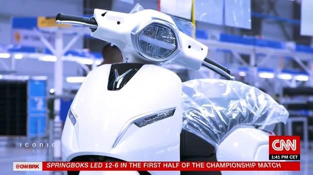 Xe máy điện Klara trước khi xuất xưởng tại nhà máy VinFast. Ảnh: cắt từ video clip.