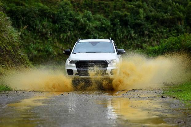 Ford Ranger Wildtrak phiên bản mới sử dụng động cơ 2.0 Bi-turbo (tăng áp kép). Công suất cực đại 213 mã lực tại tua máy 3.750 vòng/ phút. Sức kéo tối đa 500Nm từ 1.750 2.000 vòng/ phút. Hệ dẫn động hai cầu bán thời gian (4WD) và khóa vi sai cầu sau. Hộp số tự động 10 cấp.