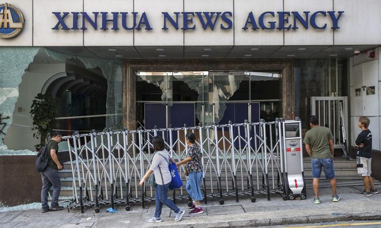 Khung cảnh đổ vỡ bên ngoài văn phòng của Tân Hoa xã ở Hong Kong sau vụ tấn công hôm 2/11. Ảnh: SCMP.