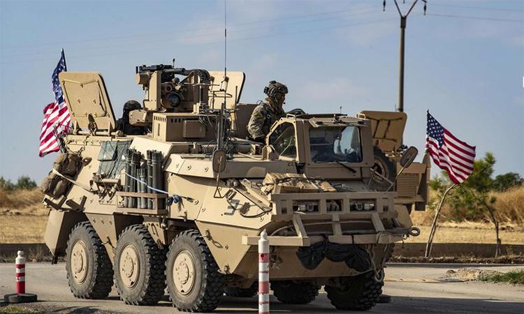 Binh sĩ Mỹ trên thiết giáp AGMS bên ngoài thành phố Qamishli, Syria ngày 2/11, Ảnh: AFP.