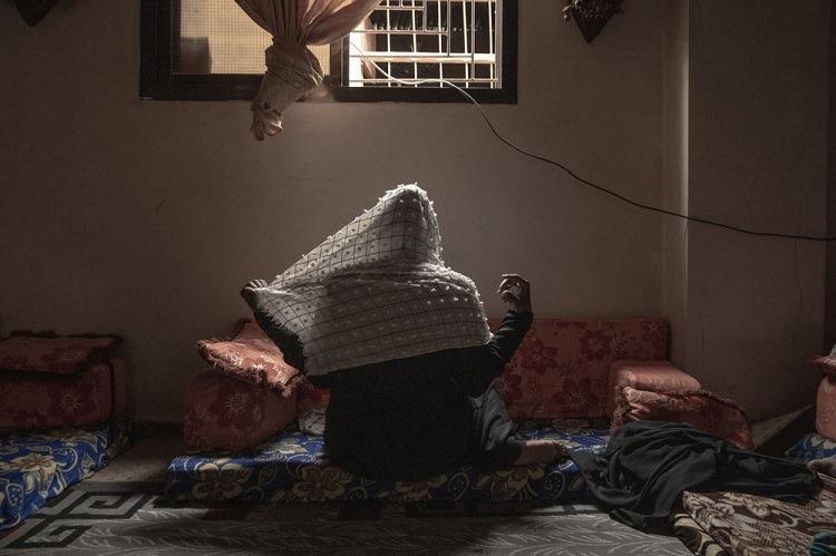 Zahra, 20 tuổi, từng bị những kẻ buôn người giam giữ và cưỡng bức trong suốt 1 tháng. Ảnh: AP