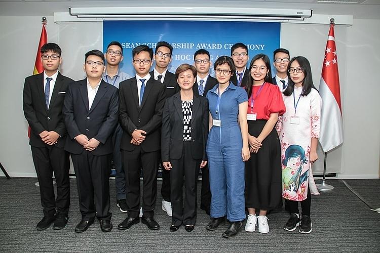 Các học sinh nhận Học bổng ASEAN vào tháng 10/2019. Ảnh:Singapore Embassy in Hanoi and Consulate-General in HCMCity