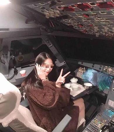 Chen Yuying tạo dáng trong buồng lái của phi công hãng Air Guilin hồi tháng một. Ảnh: SCMP/Weibo